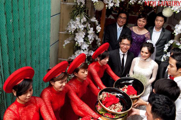 Rước lễ vật: lễ đính hôn